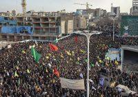 دمام زنی در میان انبوه مردم مشهد برای استقبال از پیکر سردار شهید قاسم سلیمانی و همرزمانش